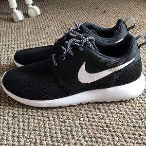 Nike Shoes - NIKE ROSHE BLACK/WHITE 9